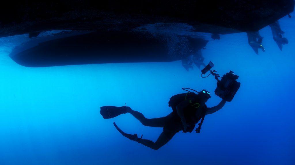 Submarinista bajo embarcaciones